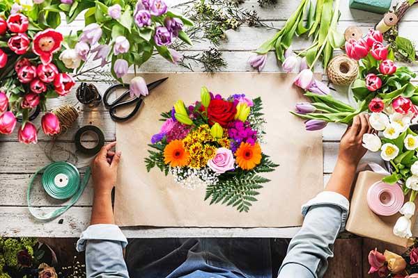 kukkakauppiaan kimpunvalmistuspöytä ylhäältä kuvattuna